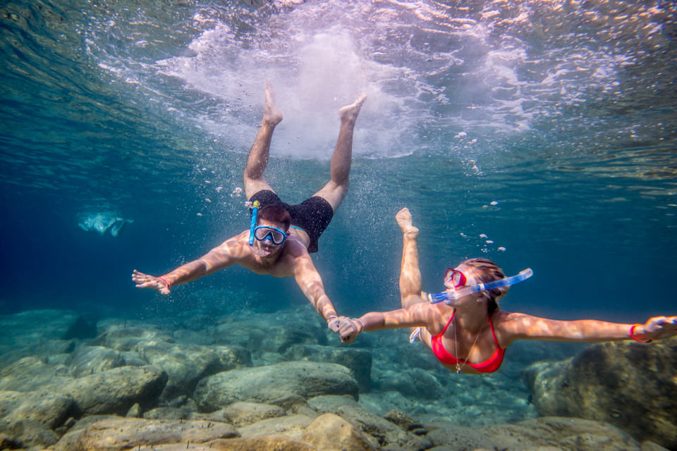 The-official-photographers-greece-couple-diving-underwater