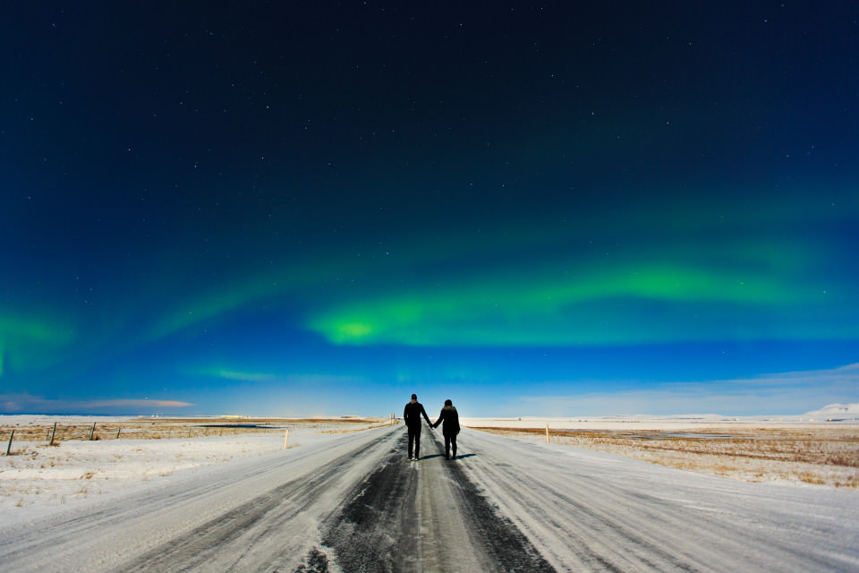The-official-photographers-Shannon-Aaron-Iceland-Northern-lights-aurora-holding hands