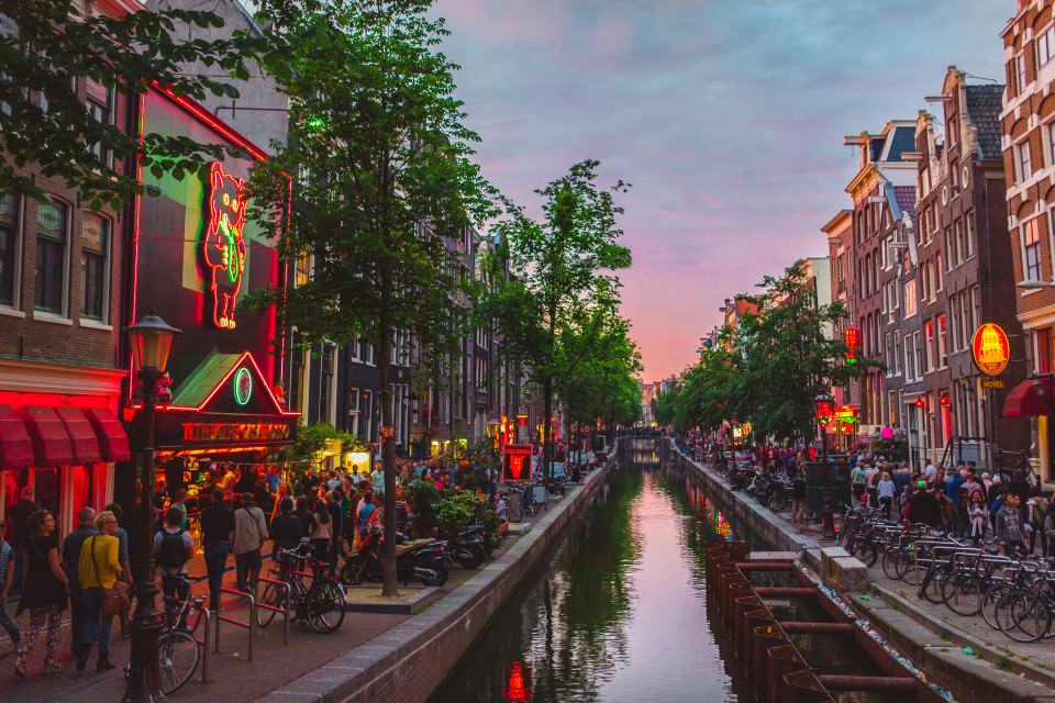 The-official-photographers-Amsterdam-red-light-district-night